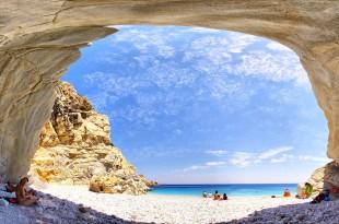 ... невероятна природа ... и ако плувате зад плажа, ще откриете голяма пещера ...