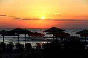 Плажa на разсъмване ...