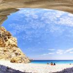 Остров Икария ... невероятна природа ... и ако плувате зад плажа, ще откриете голяма пещера ...