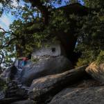 """Остров Икария . Точно зад манастира Theoktisti е малката пещера параклис Theokepasti, която има покрив от гигантски камък. Тук са скрити неизвестни останки. Преводът Theokepasti означава """"Покрив, предоставен от Бога"""" ..."""