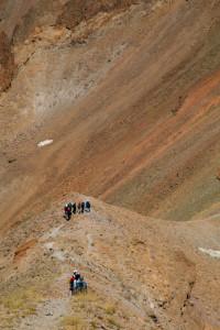 ... изпречва се стена, висока (3743м.), която трябва да се заобиколи ...