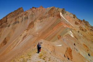 Източният склон е с няколко скални грамади, които маркират най - високата точка 3916 метра ...