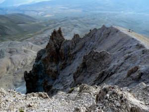 ... скални грамади и дълбока калдера, моделирана от плейстоценски ледник ...