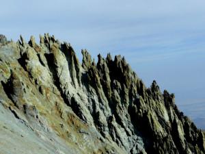 ... нагоре ... странни вулканични гребени ...