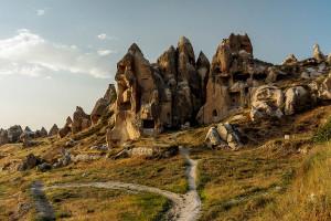 ... виждат се скални ниши и църкви издълбани в скалите ...