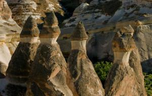 ... конуси и приказни скални комини, издигащи се на височина 30 - 40 метра ...