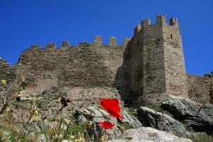 Червената крепост (Castello Rosso), кацнала на импозана скала, с изглед към залива на Каристос.