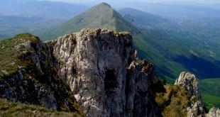 В далечината се виждат Соколов камък 1623 метра и трудно достъпния Mosor 984 метра ...