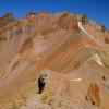 Източният склон е с няколко скални грамади, които маркират най - високата точка 3917 метра ...
