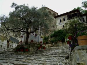 Манастирът напомня за укрепен замък.