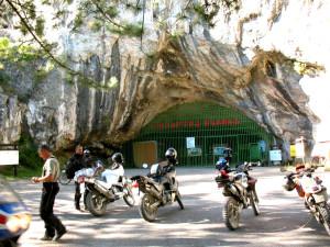 Пещерата е била изградена от подземна река, която все още минава през нея.