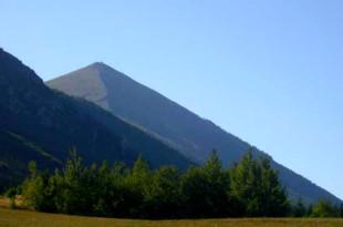 Планината Ртан привлича с формата си на пирамида ...