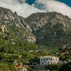 100 м. Над морското равнище, над пристанището Maganitis. Остри планински върхове се издига до 900 метра ... парчета гъсти облаци се стичат по интериора ...