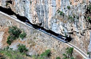 влакчето пътува през потоци като катери фантастичното тясното дефиле в планините, през тунели