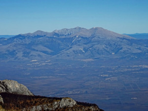 Гледка към планината Фалакро, Драмското поле и град Драма.