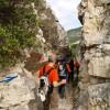 В някои случаи трябва да се промъкнем между скалите, за да минем.