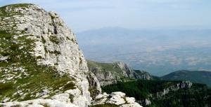 Страхотни скалисти ръбове се спускаха почти отвесно на изток с чудесен изглед във всички посоки.