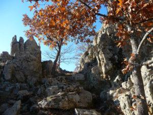 Скална пътека между волканичните процепи.